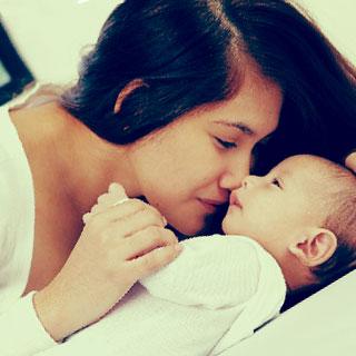 赤ちゃんに顔を近づけているお母さん