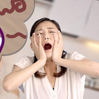 歯が痛くてショックを受ける女性