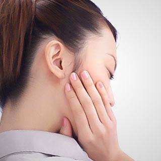 痛そうに頬を抑える女性