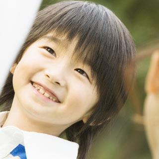 笑顔でこちらを見る子供