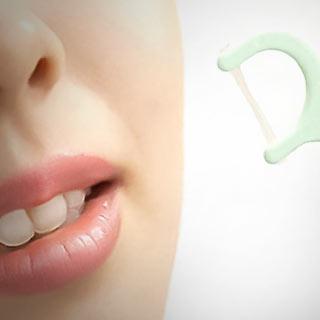 歯間ブラシを持つ女性