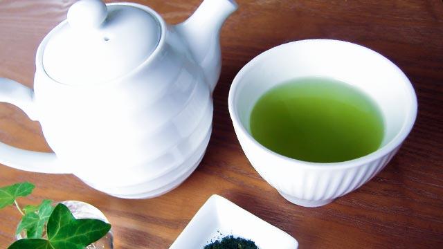 テーブルの上の急須と緑茶