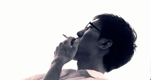 タバコを吸っている男性