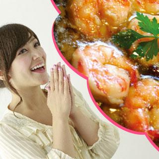 にんにく料理(アヒージョ)を思い浮かべ笑っている女性